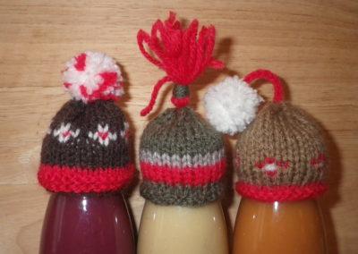 Bonnets en brun et rouge