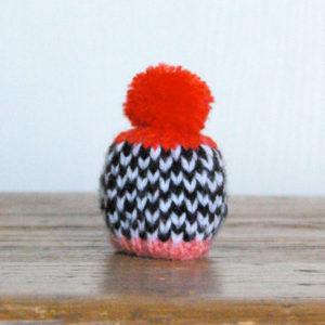 Bonnet noir et blanc, pompon rouge